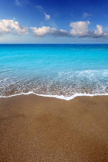 Acqua del turchese della spiaggia di sabbia marrone delle isole canarie Foto Premium