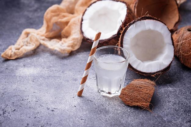 Acqua di cocco fresca naturale sana. Foto Premium