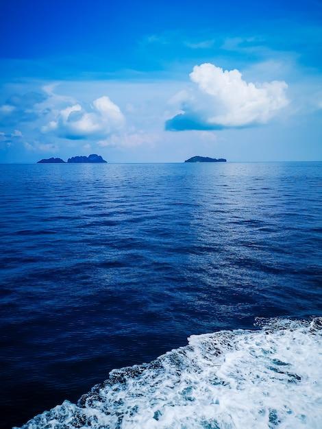 Acqua Di Mare Blu Con Schiuma Di Mare Come Sfondo Scaricare Foto
