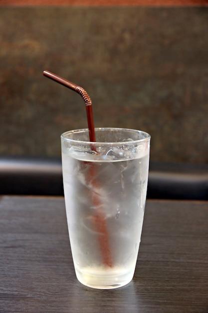 Acqua e ghiaccio nel bicchiere della bevanda. Foto Premium