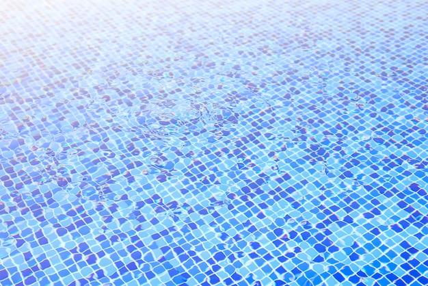Acqua in piscina sfondo blu Foto Premium
