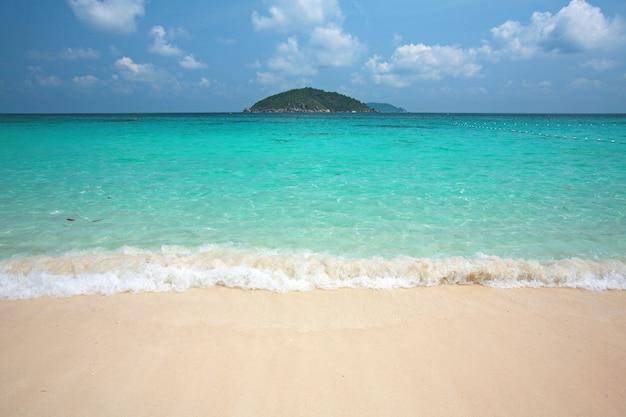 Acqua limpida e sabbia bianca all'isola di similan, a sud della thailandia. Foto Premium