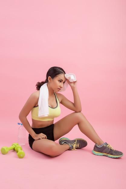 Acqua potabile della giovane bella donna adatta dopo l'esercizio Foto Gratuite