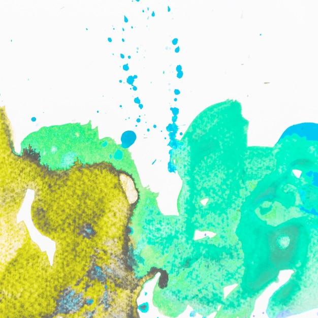 Acquerello verde e giallo della spruzzata isolato sul contesto bianco Foto Gratuite
