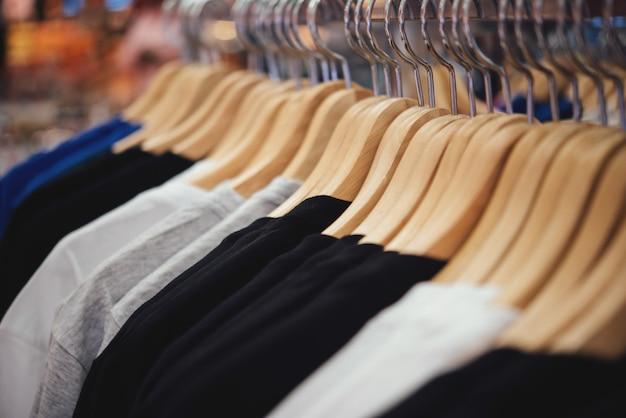 Acquista abbigliamento, negozio di abbigliamento su appendiabiti presso la boutique del negozio moderno Foto Gratuite