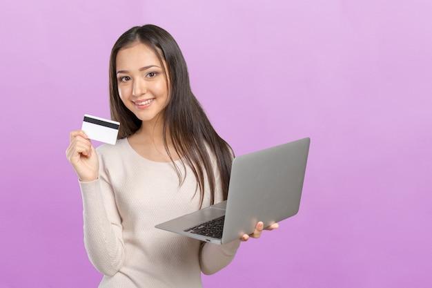 Acquisto della donna sul computer con la carta di credito Foto Premium