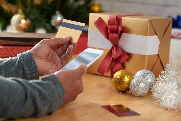 Acquisto di regali tramite app mobile Foto Gratuite