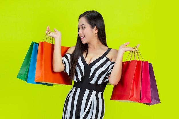 Acquisto felice della donna con i sacchetti della spesa Foto Gratuite