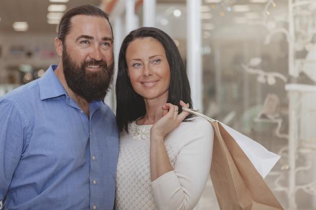 Acquisto maturo felice delle coppie al centro commerciale Foto Premium