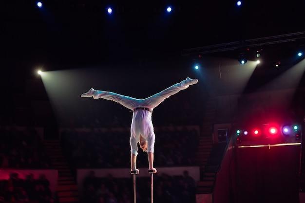 Acrobazie aeree dell'uomo nel circo Foto Premium