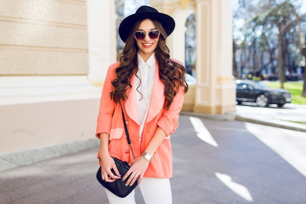 Adatti il ritratto della donna alla moda in attrezzatura casuale che cammina nella città. Foto Gratuite
