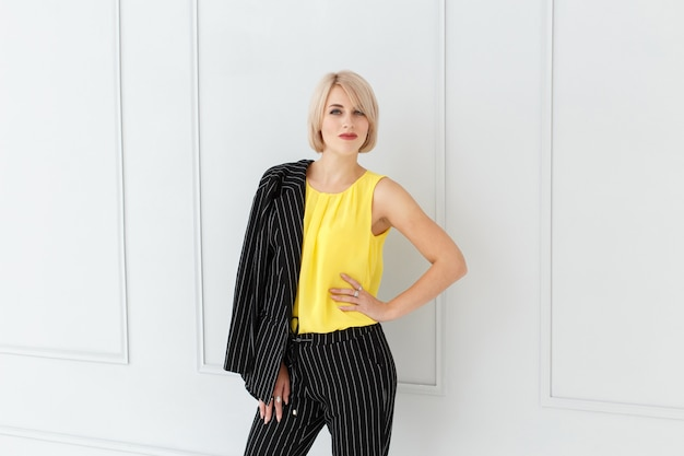 Adatti il ritratto della donna in vestito giallo e nero Foto Premium