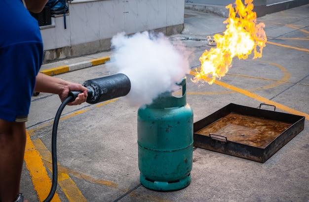 Addestramento antincendio dei dipendenti, estinguere un incendio. Foto Premium