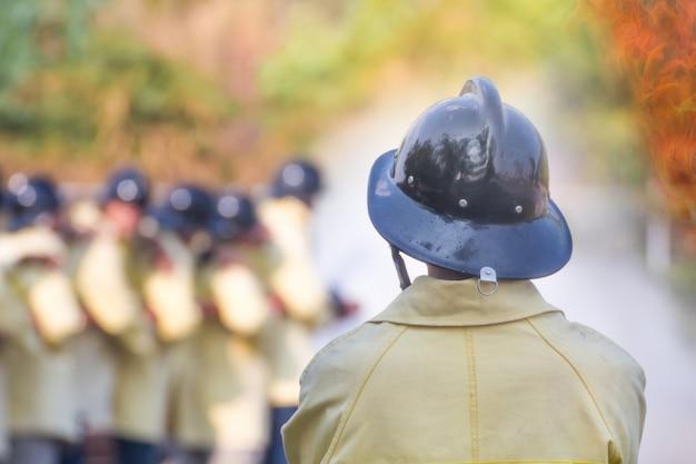 Addestramento dei vigili del fuoco, i dipendenti addestramento annuale antincendio con gas e fiamme Foto Premium