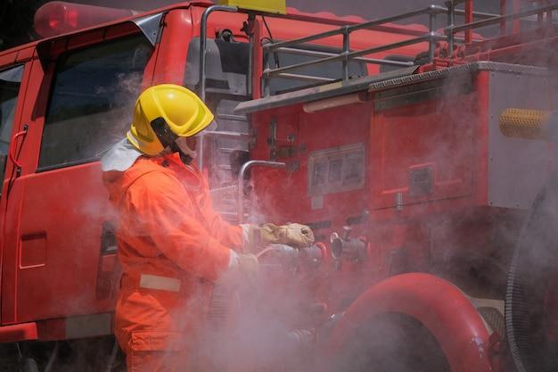 Addestramento dei vigili del fuoco, pratica di gruppo per combattere con il fuoco in situazioni di emergenza. Foto Premium