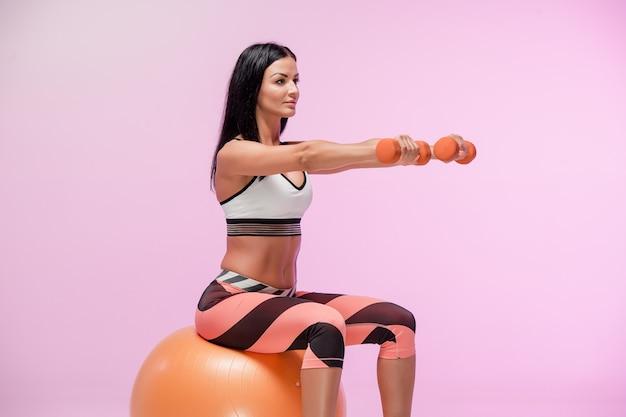 Addestramento della donna in abiti sportivi Foto Gratuite