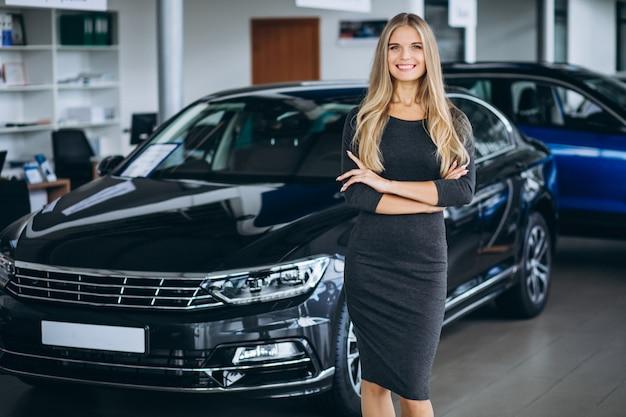 Addetto alle vendite femminile in un autosalone in auto Foto Gratuite