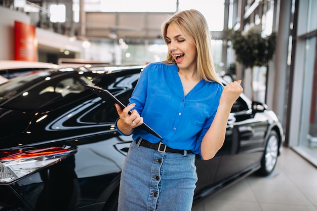 Addetto alle vendite femminile in un autosalone Foto Gratuite