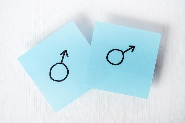 Adesivi blu con i simboli di genere di marte su sfondo bianco Foto Premium