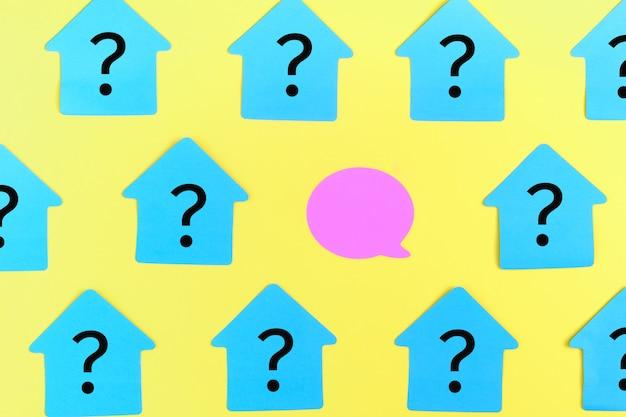 Adesivi turchesi a forma di casa, con punti interrogativi. Foto Premium
