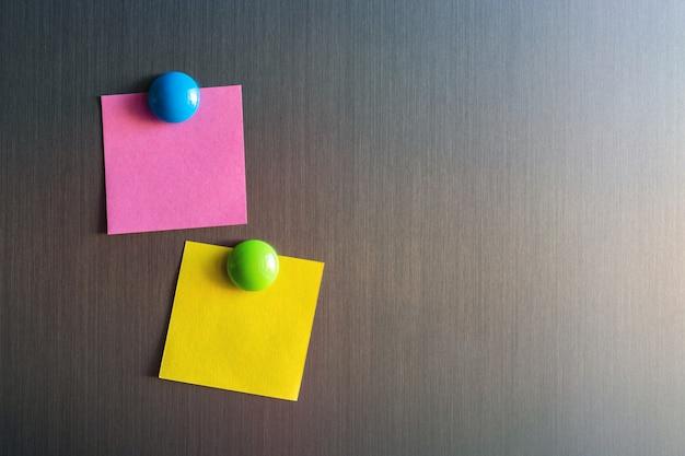 Adesivi vuoti per appunti sul frigorifero collegati con magneti. Foto Premium