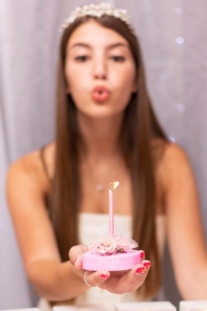 Adolescente che salta sulla candela di compleanno Foto Gratuite