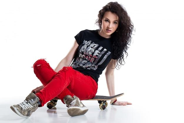 Adolescente con skateboard Foto Gratuite
