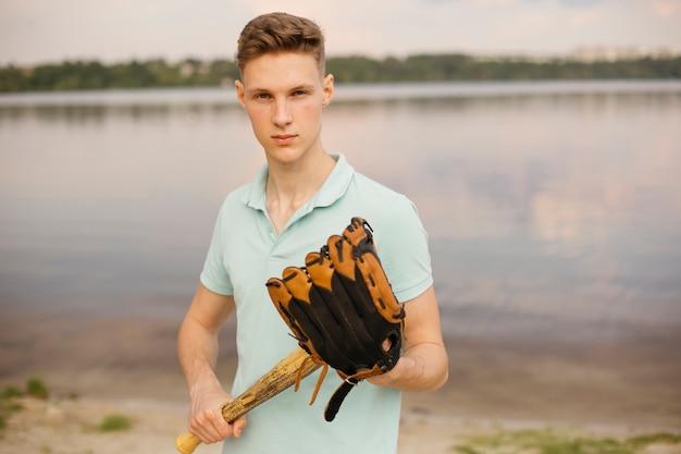 Adolescente del tiro medio con l'adolescente di baseball Foto Gratuite