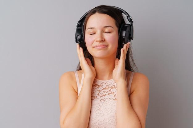 Adolescente della giovane donna che ascolta la musica con le sue cuffie Foto Premium