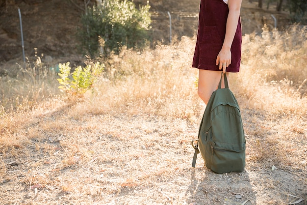 Adolescente in piedi con lo zaino in natura Foto Gratuite