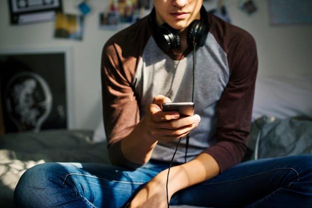 Adolescente in una camera da letto ascoltando musica ...