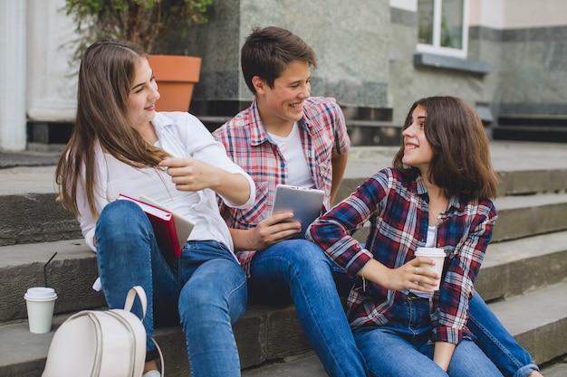 Adolescenti alla moda rilassanti sulle scale Foto Gratuite