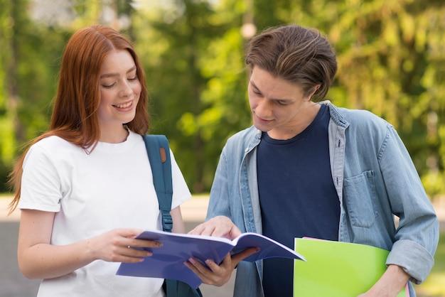 Adolescenti che discutono di progetti universitari Foto Gratuite