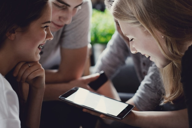 Adolescenti che utilizzano telefoni cellulari Foto Gratuite