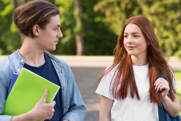 Adolescenti felici di tornare all'università Foto Gratuite