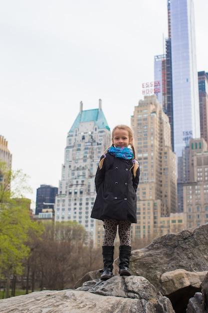 Adorabile bambina a central park a new york Foto Premium