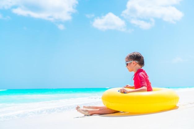Adorabile bambina divertirsi sulla spiaggia Foto Premium