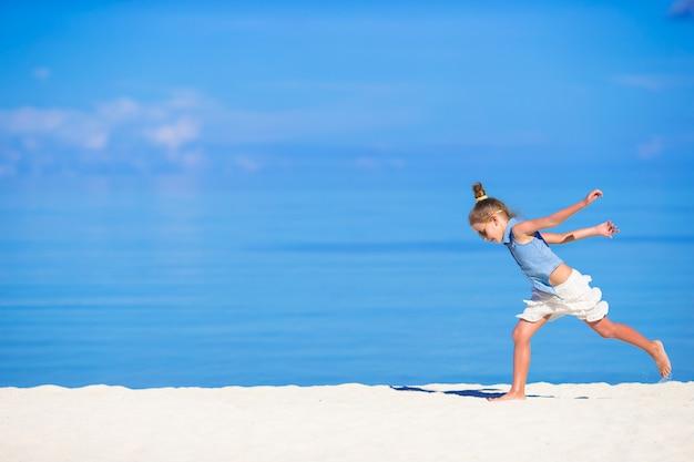 Adorabile bambina durante le vacanze al mare divertendosi Foto Premium