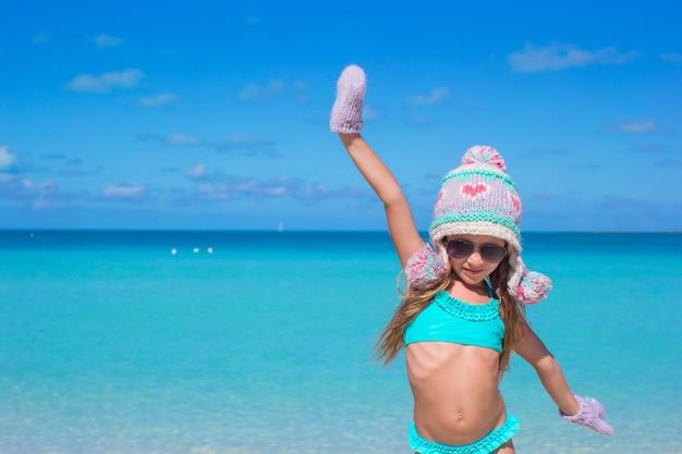 Adorabile bambina felice divertirsi sulla spiaggia tropicale Foto Premium