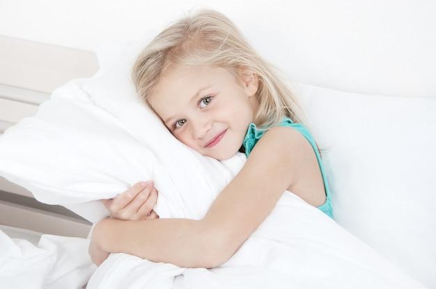 Adorabile bambina guardando la telecamera Foto Premium