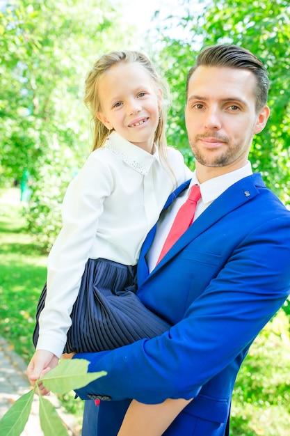 Adorabile bambina sentirsi molto entusiasta di tornare a scuola Foto Premium