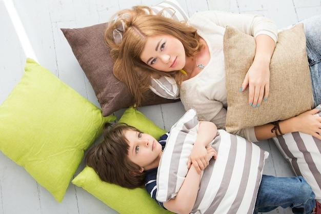 Adorabile bambino con la madre sul pavimento Foto Gratuite