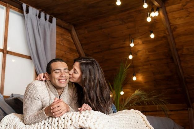 Adorabile giovane donna che bacia l'uomo Foto Gratuite