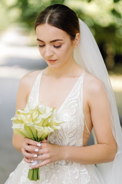 Adorabile sposa si sta preparando al mattino Foto Gratuite