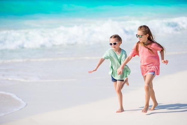 Adorabili bambini giocano insieme sulla spiaggia Foto Premium