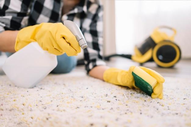 Adulto che lava il tappeto Foto Gratuite