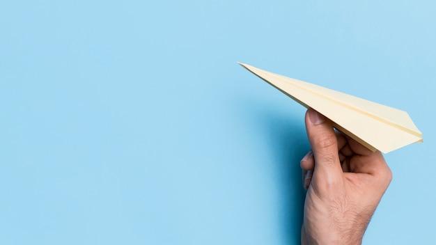 Aereo di carta di lancio della mano con lo spazio della copia Foto Gratuite