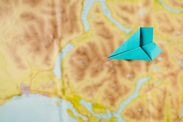 Aereo di carta su sfondo di mappa Foto Gratuite