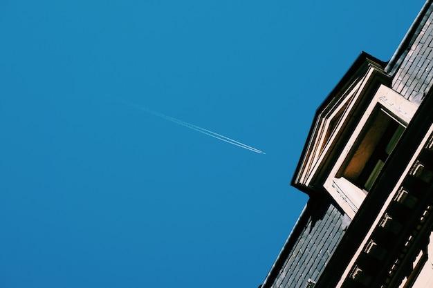 Aereo nel cielo blu Foto Premium