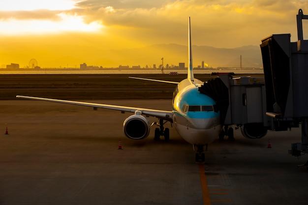 Aereo passeggeri in aeroporto internazionale per attività di trasporto aereo e logistica del carico Foto Premium
